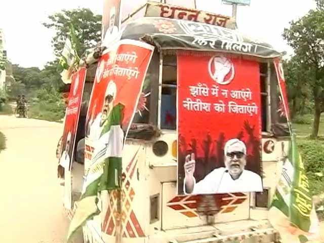 Videos : लोकगीतों में लोकतंत्र : बिहार में चढ़ता चुनावी बुखार, चुनावी रथों से गीतों की झंकार