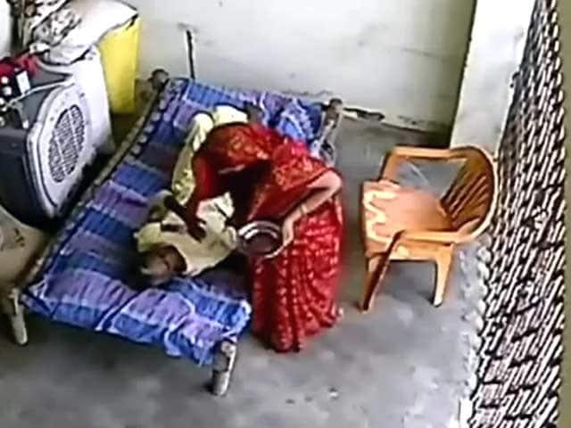 Videos : कैमरे में कैद : बीमार सास की बेरहमी से पिटाई कर रही बहू