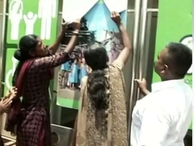 Videos : चेन्नई: पब्लिक टॉयलेट में तस्वीरें लगाने से नाराज लोग, पोस्टर फाड़े