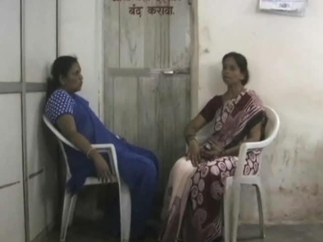 Videos : मुंबई में एक 'मां' के हंगामे से डरकर RTO अधिकारी ने खुद को किया टॉयलेट में बंद