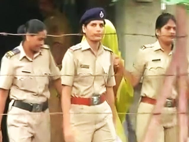 Video : Peter and Indrani Mukerjea Spend Morning at Same Police Station