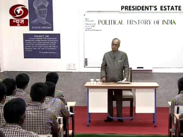 Video : President Pranab Mukherjee Turns Teacher For the Day