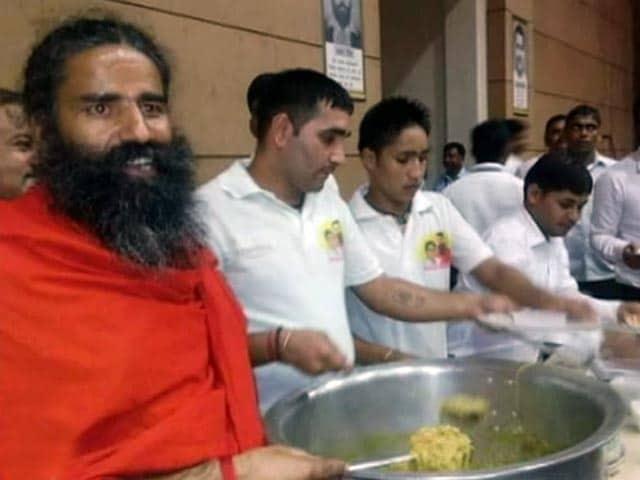 Video : रामदेव ने लॉन्च किया अपना आटा नूडल्स, खुद बनाकर लोगों को परोसा