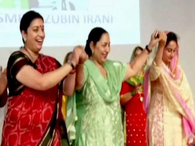 Video : पंजाब के मुक्तसर में स्मृति-हर सिमरत का गिद्दा, देखें वीडियो