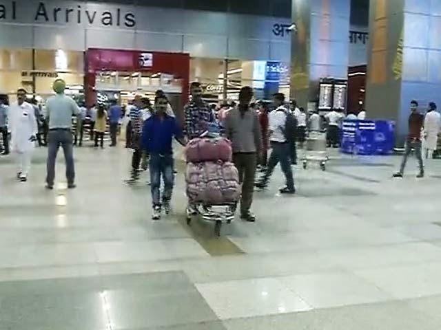 Videos : एयर इंडिया के विमान की इमरजेंसी लैंडिंग, पहिये में लग गई थी आग