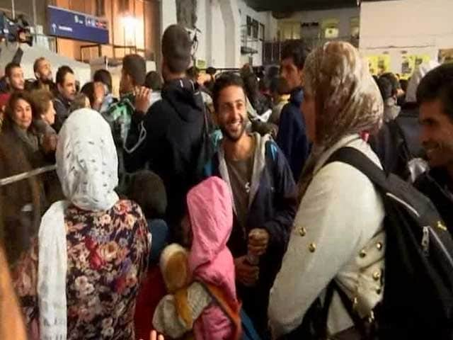 Video : Germans Welcome Refugees With Open Arms in Munich