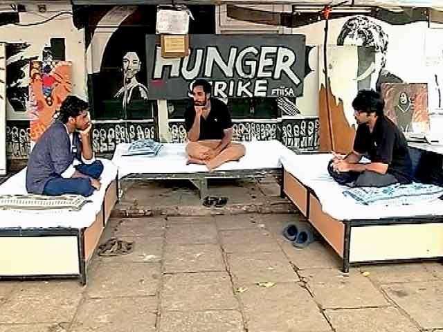 Video : गजेंद्र चौहान को हटाने की मांग को लेकर अनशन पर FTII के छात्र