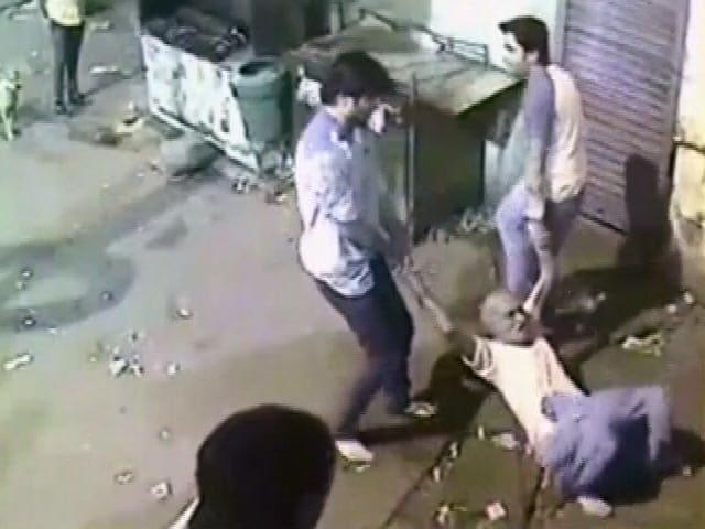 Videos : CCTV में कैद बेरहमी की इंतहा :  बुजुर्ग की पीट-पीटकर ली जान