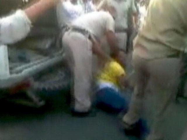 Videos : फिर सवालों में घिरी दिल्ली पुलिस
