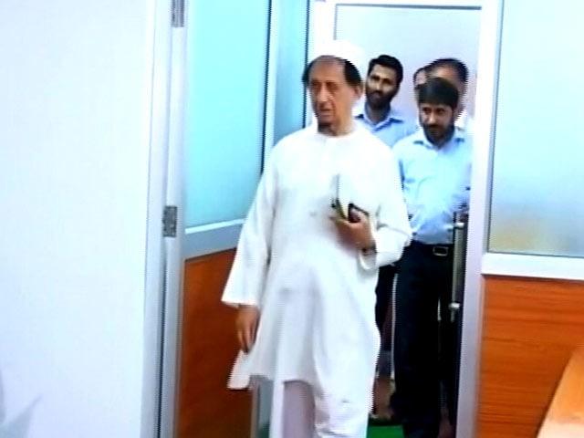 Video : कुर्ता-शेरवानी पहने मौलाना कल्बे सादिक़ को नहीं मिली क्लब में एंट्री