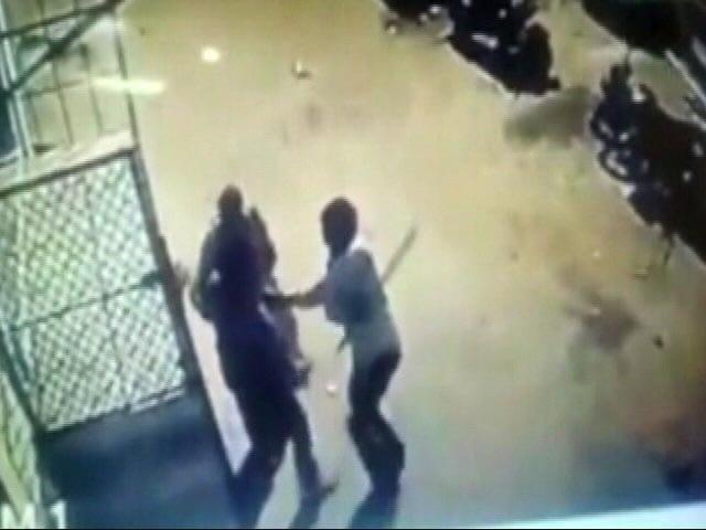 Videos : कुत्ते को घुमाने को लेकर दिल्ली के सफदरजंग इलाके में चली गोली
