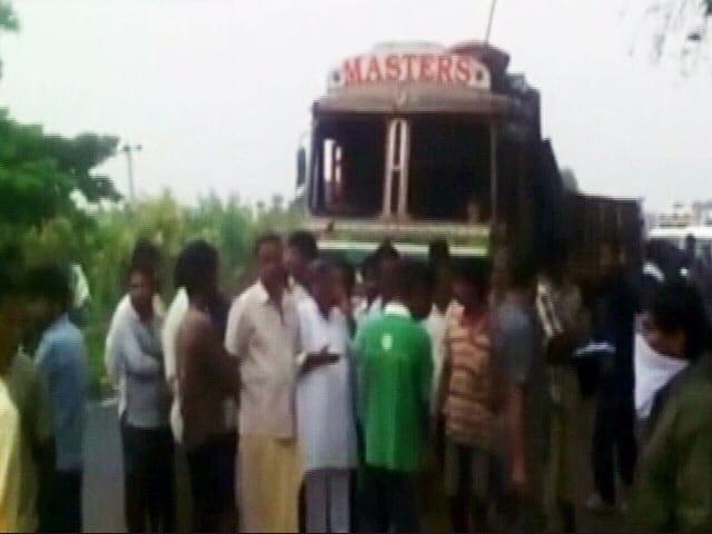 Videos : आंध्र प्रदेश : पूर्वी गोदावरी जिले में ट्रक पलटा, 16 लोगों की मौत
