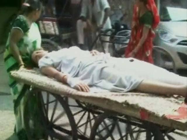 Videos : आगरा : अस्पताल में ठेलों पर मरीज, स्ट्रेचर पर ले जाया जा रहा कूड़ा!