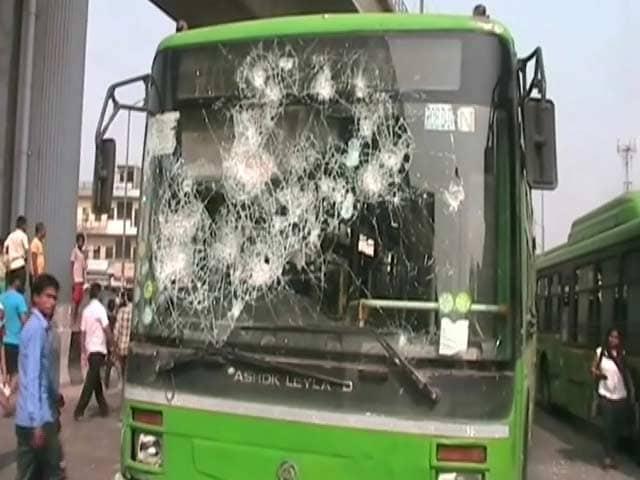 Videos : आदर्श नगर मेट्रो स्टेशन के बाहर हंगामा, डीटीसी की 5 बसों में तोड़फोड़