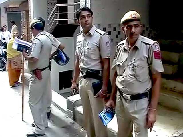 Videos : दिल्ली में ट्रिपल मर्डर : चाकू से गोदकर मां, बेटा और बेटी की हत्या