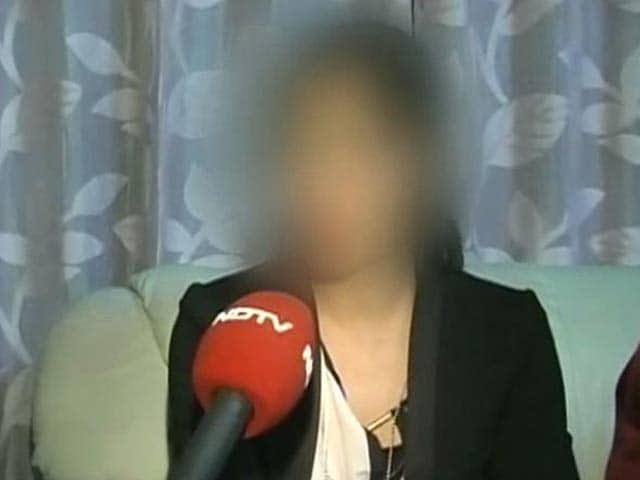 Videos : मुंबई : लड़की का दावा, महिला पुलिसकर्मियों ने मेरी मां को भी पीटा