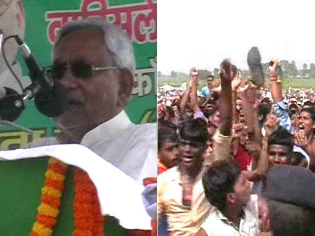 Video : Bihar Chief Minister Nitish Kumar Shown Slippers at Rally in Nawada