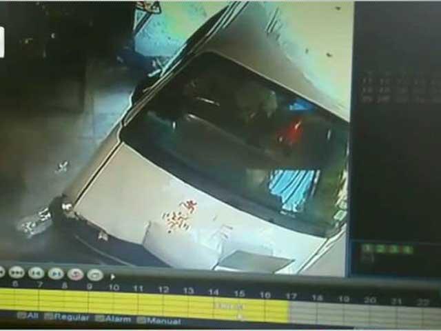 Videos : दिल्ली : रेस्टोरेंट में घुसी कार, दो बच्चों समेत 7 घायल