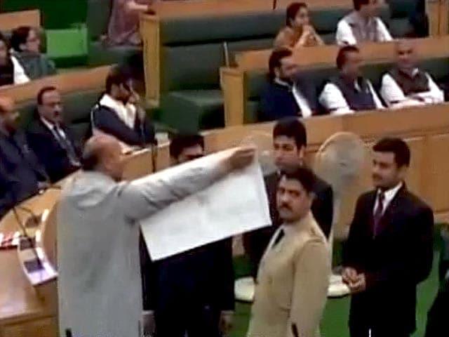 Video : जम्मू-कश्मीर विस में गूंजा बीफ बैन मामला, निर्दलीय विधायक का हंगामा