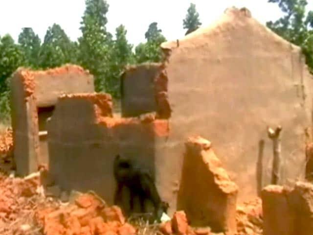 Videos : दबंगों ने तोड़े गरीब दलित-आदिवासियों के घर, लोग डरकर भागे