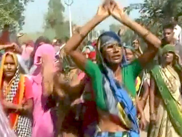 Videos : मीडिया और पुलिस से नाराज बिसाहड़ा गांव के लोग, किया विरोध
