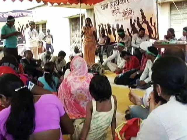 Video : दबंगों ने गरीबों के घर तोड़े, लोग घर छोड़ने को हैं मजबूर