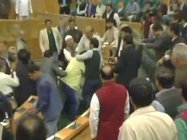 Videos : जम्मू कश्मीर में BJP विधायकों ने सदन के भीतर ही निर्दलीय MLA को पीटा