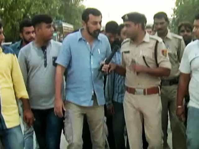 Videos : गोरक्षा के नाम पर बदसलूकी, कार्रवाई के नाम पुलिस भी चुप