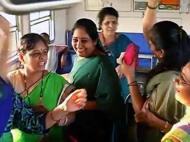 Videos : देशभर में नवरात्र की धूम, लोकल ट्रेन में गरबा