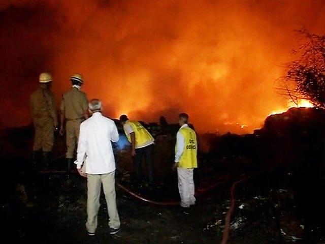 Video : दिल्ली : मंगोलपुरी में झुग्गी बस्ती में आग से 250 घर राख हुए