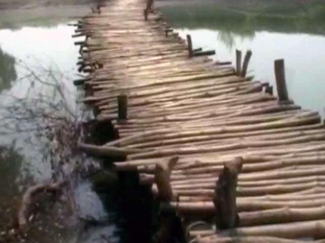 Video : गोंडा जिले में गांव वालों ने सरयू नदी पर खुद बनाया पुल