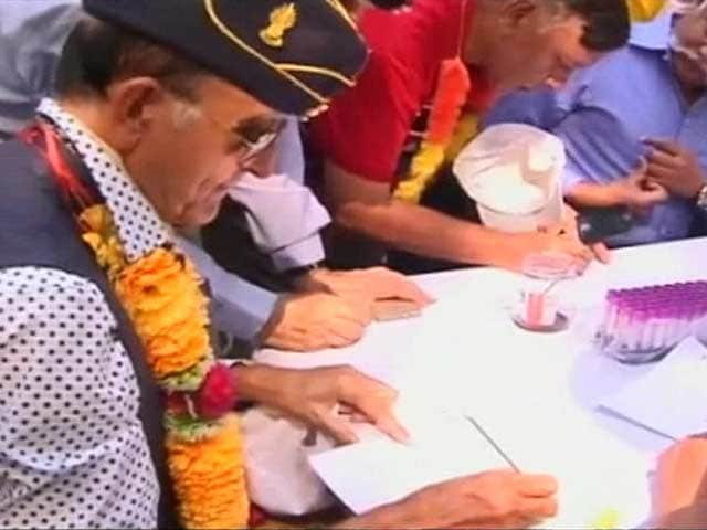 Video : Army Veterans Sign Petition to PM Modi in Blood on One Rank One Pension