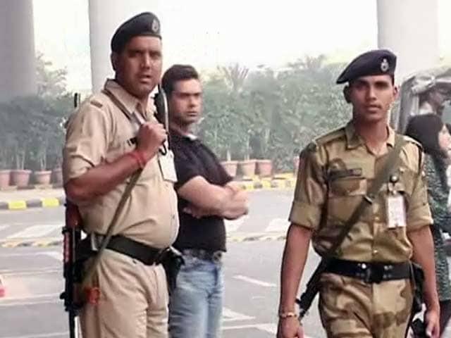 Videos : दिल्ली एयरपोर्ट रन-वे के ऊपर दिखा ड्रोन, सुरक्षा एजेंसियों में हड़कंप