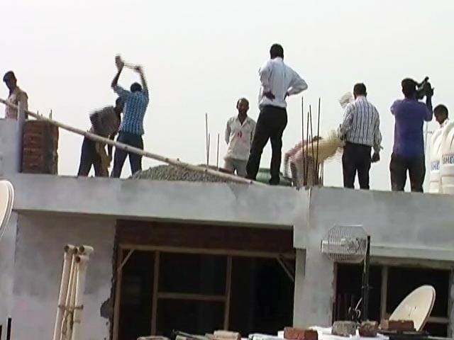 Video : आप विधायक दिनेश मोहनिया की बिल्डिंग पर एमसीडी ने चलाया हथौड़ा
