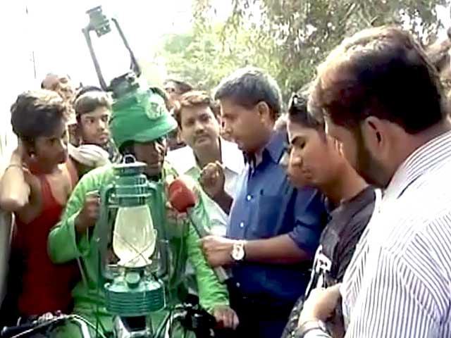 Videos : बिहार की सड़कों पर 'लालटेन मैन', लालू की अंदाज में करता है बातें