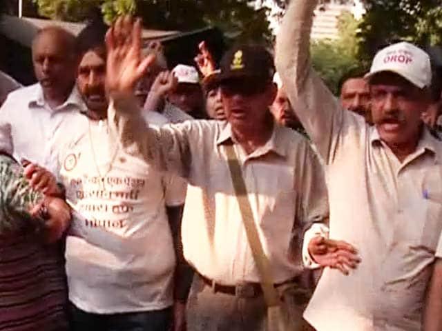 Video : ओआरओपी पर सरकार की अधिसूचना से खफा पूर्व सैनिकों ने निकाला मार्च