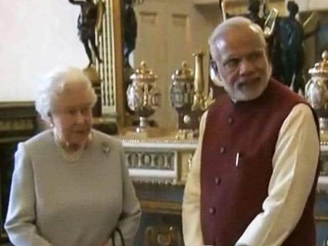 Videos : ब्रिटेन की महारानी के साथ लंच के लिए बकिंघम पैलेस पहुंचे पीएम मोदी