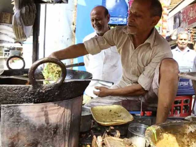 Video : He Fries <i>Pakoras</i> With His Bare Hands