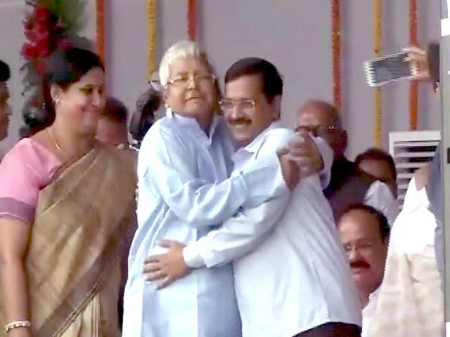 Video : At Bihar Swearing-in, Lalu-Kejriwal Hug Gets All the Tweets