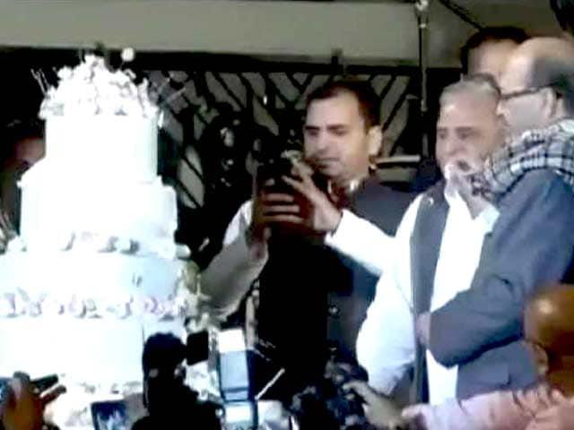 Videos : समाजवादी मुलायम के शाही बर्थडे में अमर सिंह आए, तो आजम रहे नदारद