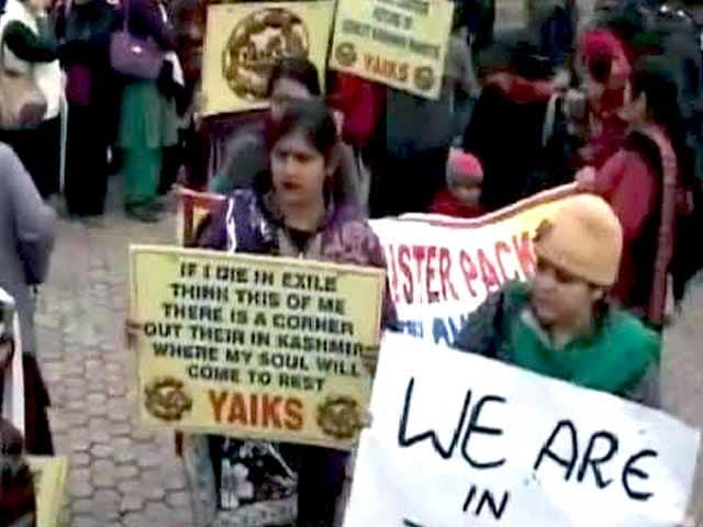 Videos : पुनर्वास नीति से नाराज़ कश्मीरी पंडितों ने लाल चौक पर किया प्रदर्शन