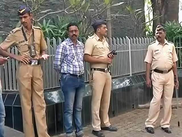 Videos : आमिर के घर पर बढ़ाई गई सुरक्षा, प्रदर्शनकारियों को हिरासत में लिया गया