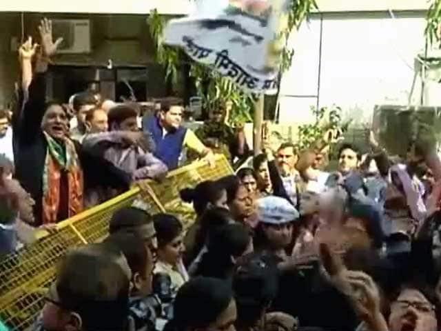 Video : बीजेपी विधायक के खिलाफ प्रदर्शन, अल्का लांबा पर टिप्पणी का आरोप