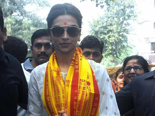 Deepika Prays for Ranbir at Siddhivinayak Temple