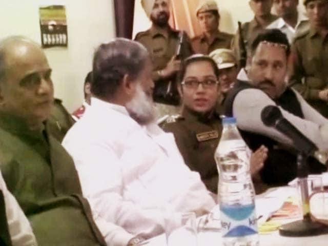 Video : हरियाणा : मंत्री से बहस के बाद फतेहाबाद की एसपी का ट्रांसफर