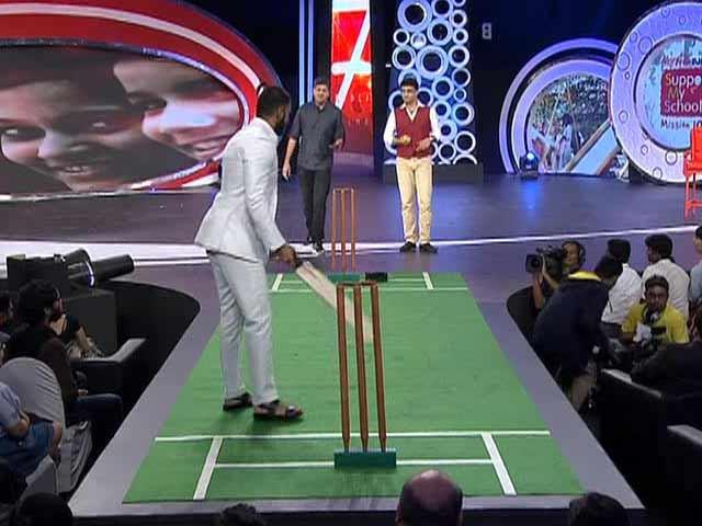 Video : Ranveer Singh Challenges <i>Dada</i> on the Pitch