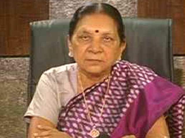 Videos : गुजरात की मुख्यमंत्री आनंदी बेन के कहने पर रणवीर सिंह ने स्कूल गोद लिया