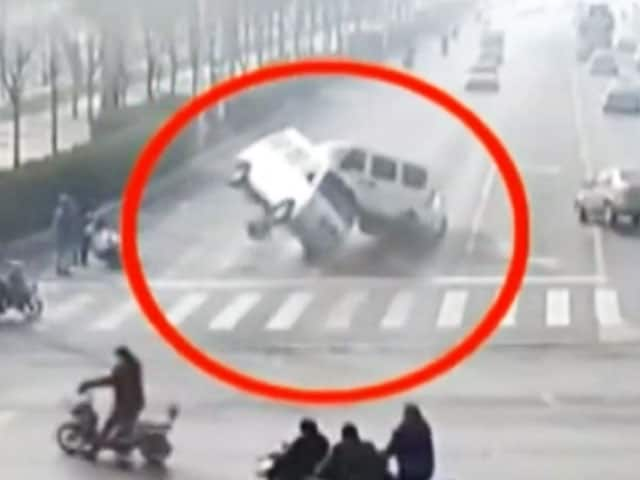 Video : Bizarre Video Shows Cars 'Levitating' in China