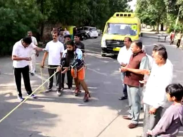 Video : Indian Stuntman Pulls Bus with His Hair to Set Guinness World Record