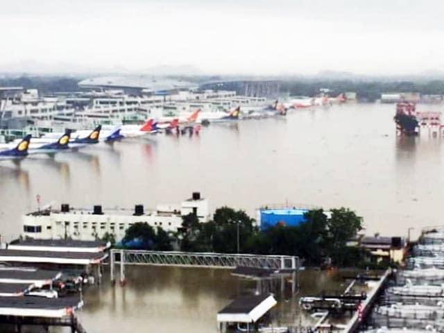 Videos : भारी बारिश से चेन्नई एयरपोर्ट हुआ जलमग्न, गुरुवार सुबह तक किया गया बंद